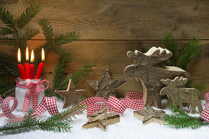 Reindeer and stars made of wood bark